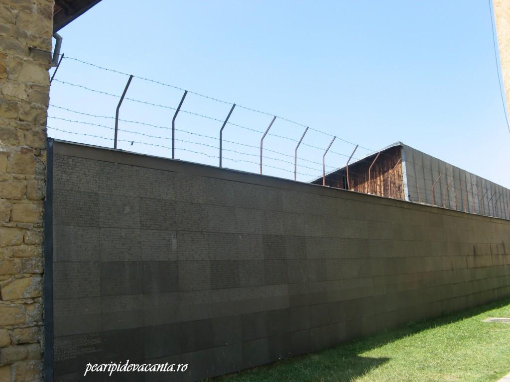 Numele detinutilor inscriptionate pe ziduri
